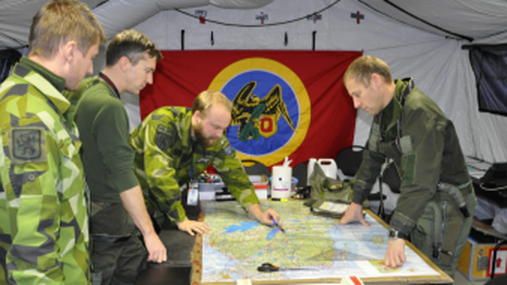 Peter basar över ett miniatyrflygvapen i Nordic Battlegroup