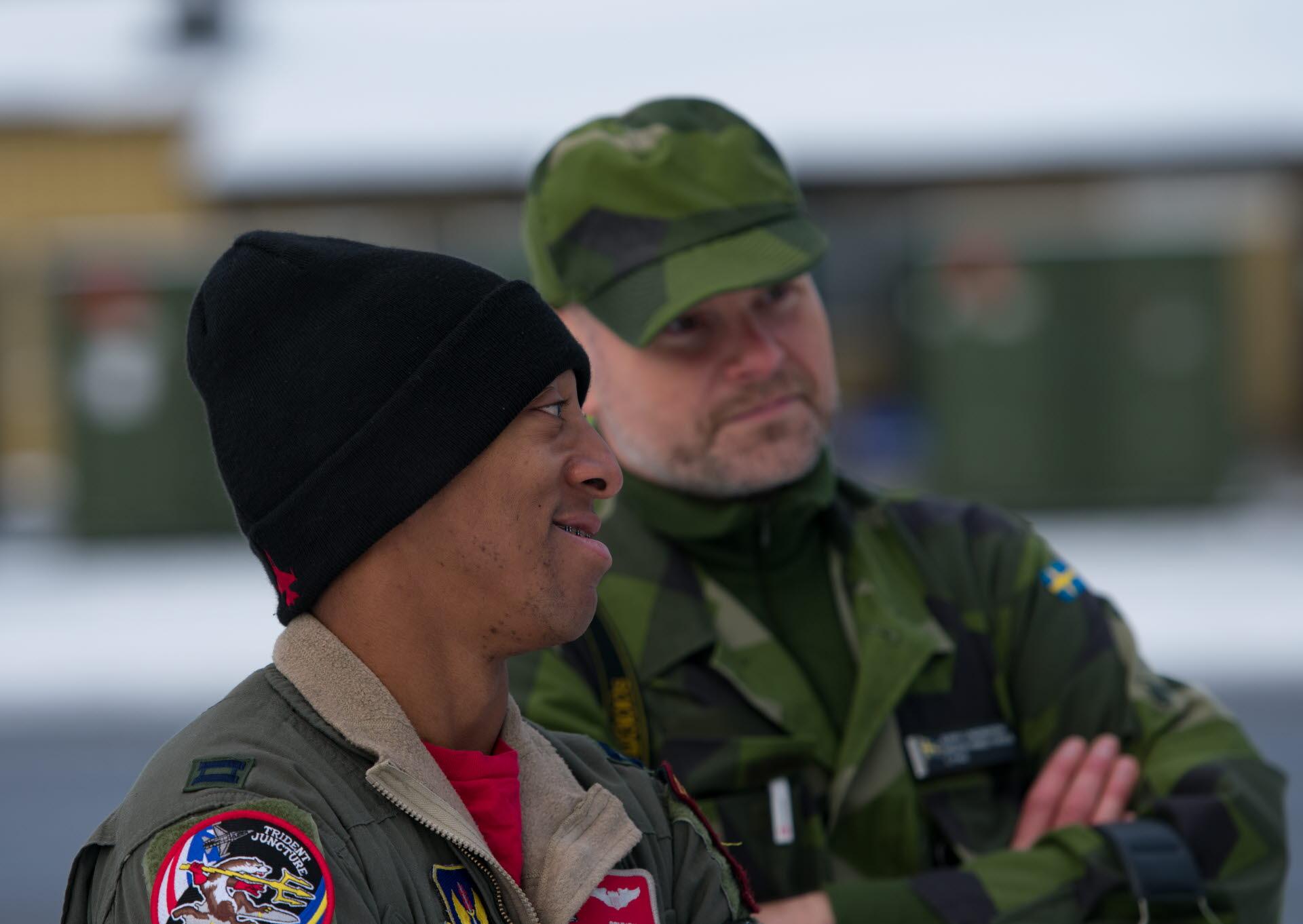 Fotograf Carl Törner Försvarsmakten Amerikansk stridspilot tillsammans med  kommunikatör Jerry Lindbergh under pressdag på F 21 under övningen Trident  ... c59c72f283ba4