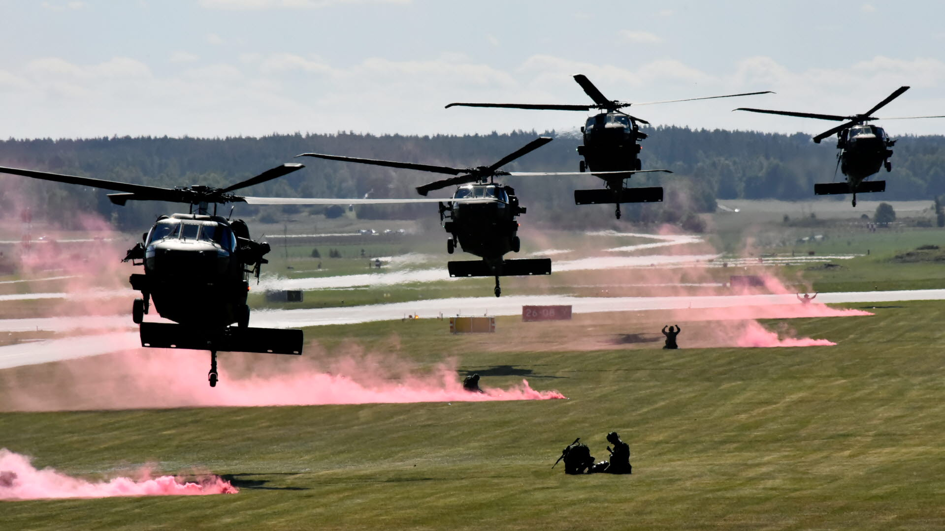 Soldater ur fjärde basenheten och Hemvärnet flögs in av åtta helikopter 16 Black Hawk under en stridsförevisning. - Foto Jenny Collin
